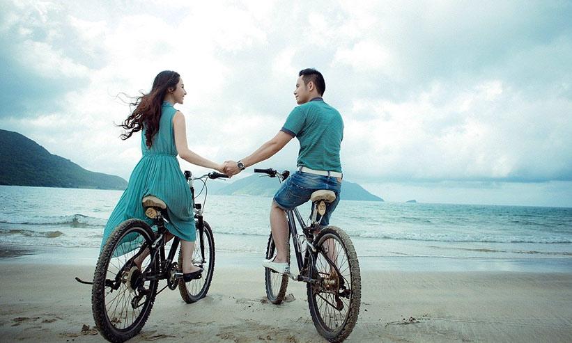 サイクリングしているカップル