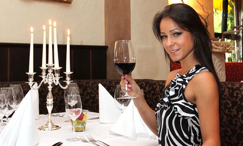 ワインを持って微笑む女性