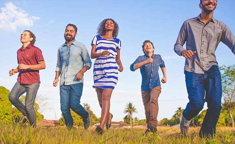 草原を走る5人の男女