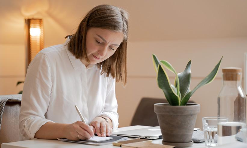 書類を書いている女性