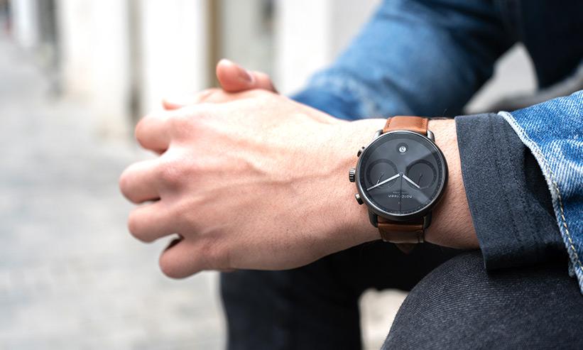 腕時計をつけている男性