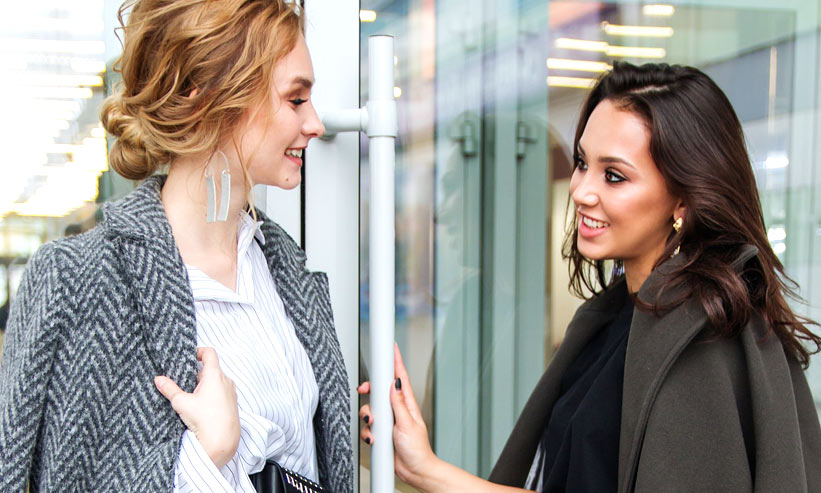 話をする店員と客の女性