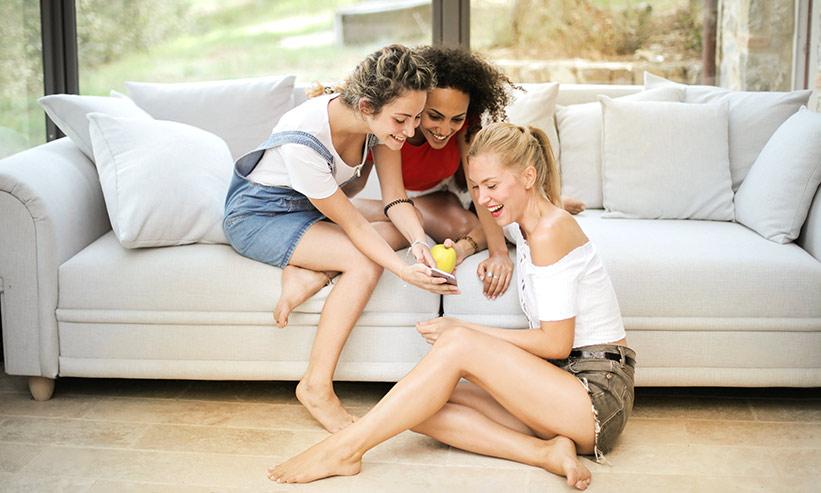 スマートフォンを見る3人の女性