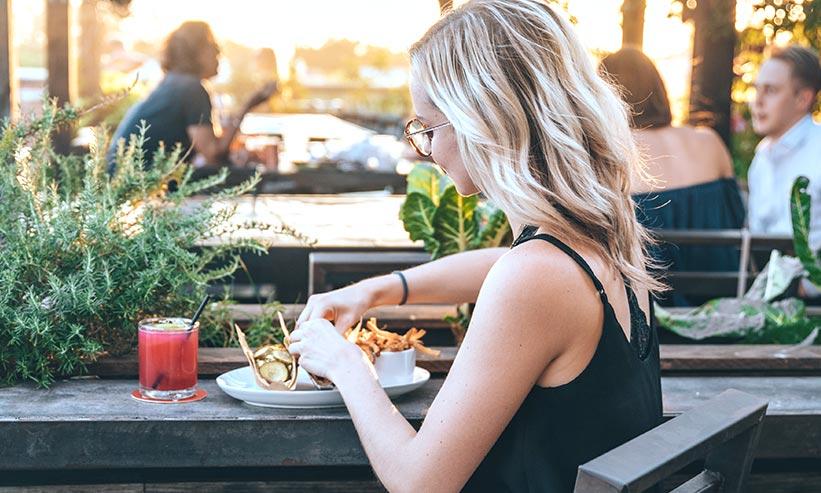 食事中の女性の後ろ姿