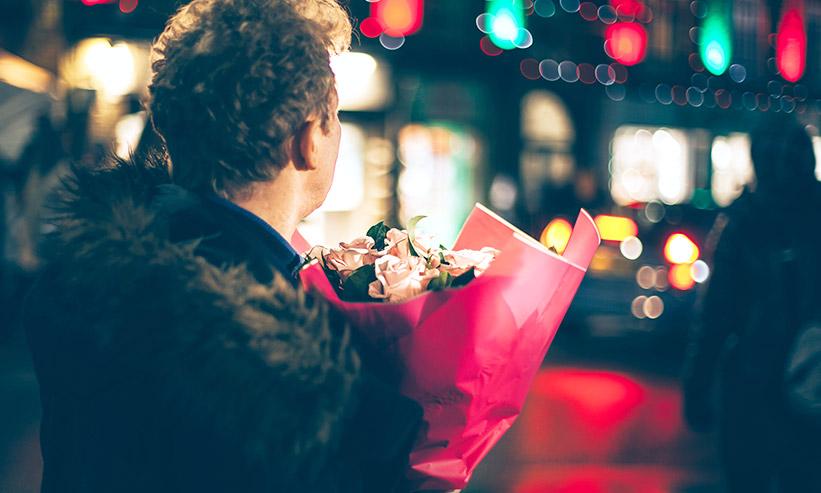 花束を持った男性