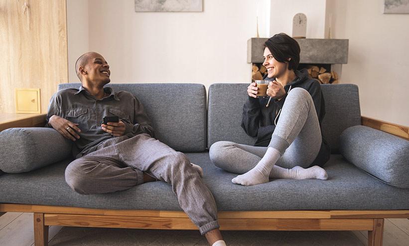 ソファに座り話をするカップル