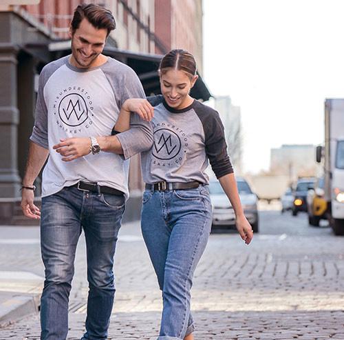 笑いながら歩くカップル