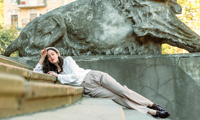 階段に寝そべる女性