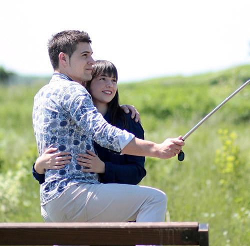 自撮りをしているカップル