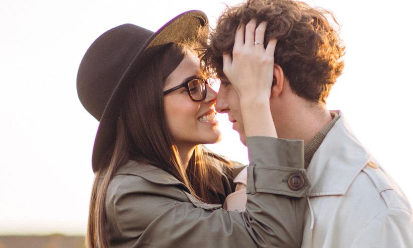 にっこり笑いながら見つめ合うカップル