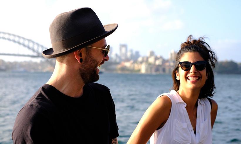 笑いながら話をしているカップル