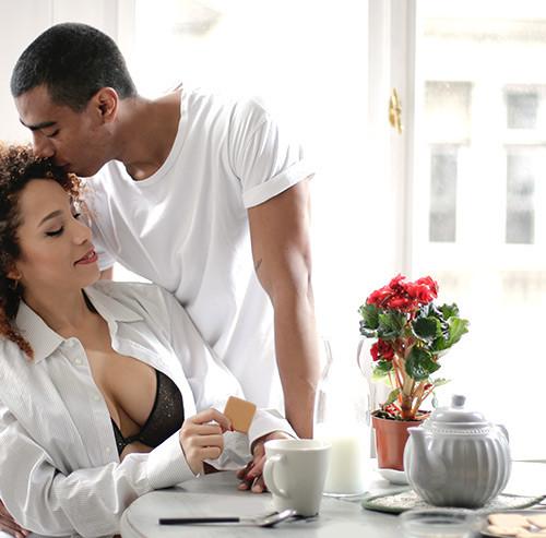 女性の頭にキスをする男性