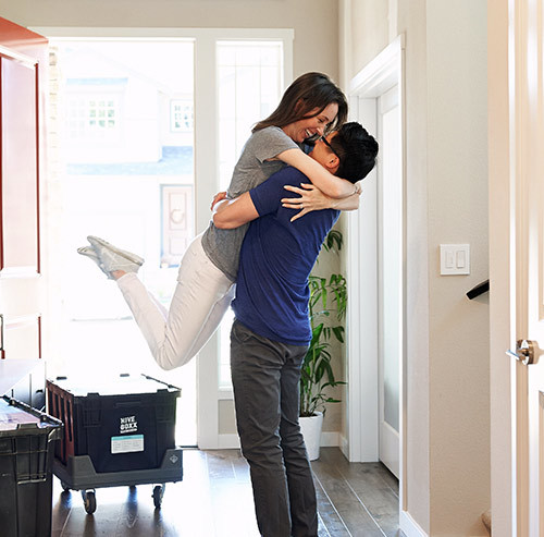 女性を抱き抱える男性