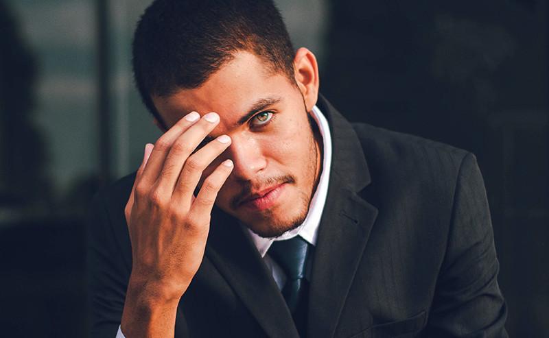 悩んでいる表情の男性