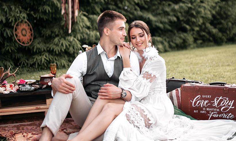 ランチマットに座り寄り添うカップル