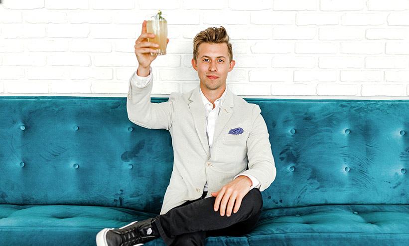 ソファに座りお酒を飲む男性
