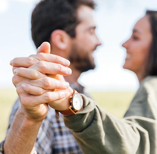 手を繋ぎ踊っているカップル