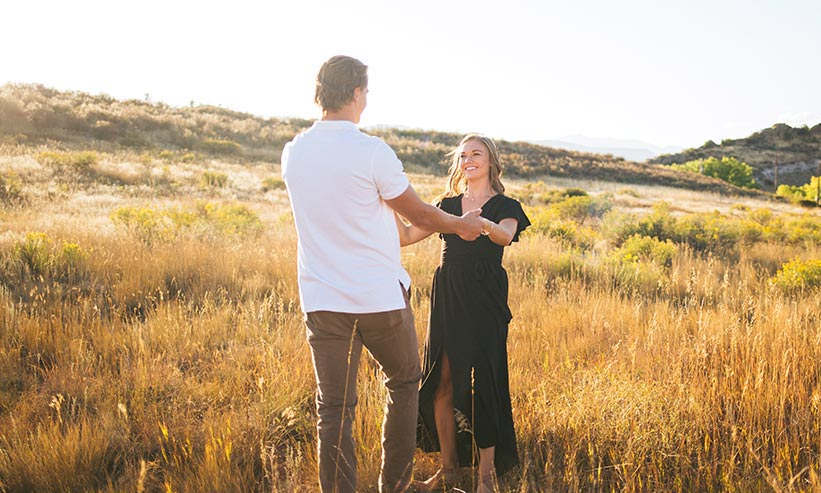 草原で見つめあうカップル