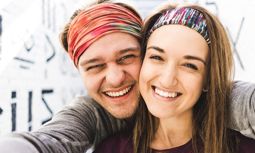 顔を近づけて笑うカップル