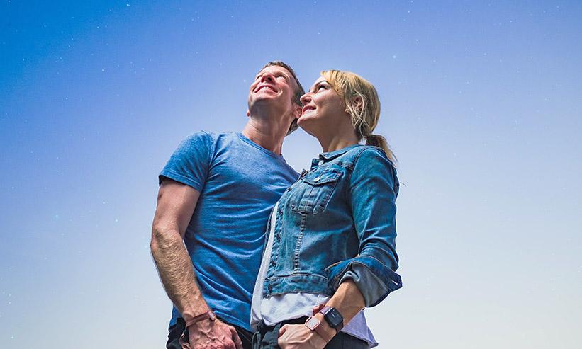 空を見上げるカップル
