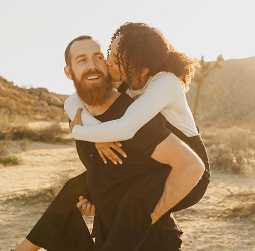 女性をおんぶする男性