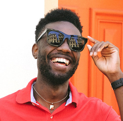 サングラスをかけて笑う男性