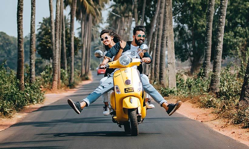 楽しそうにバイクに乗るカップル