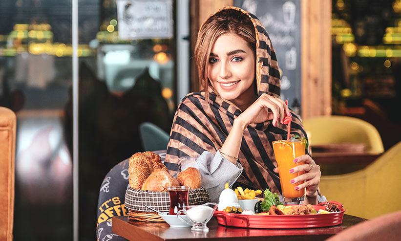 カフェで食事をする女性