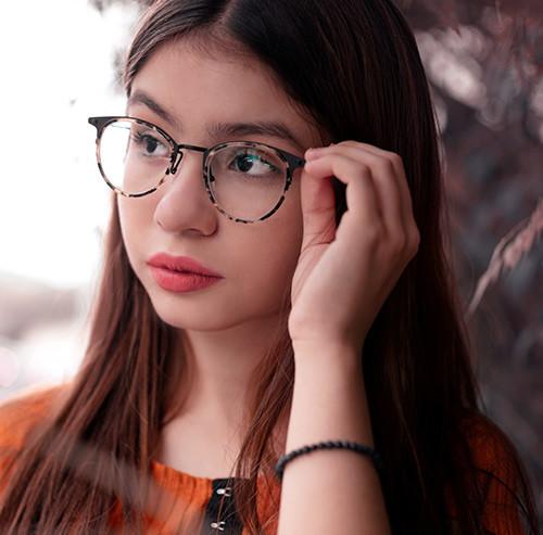 メガネを手で抑える女性