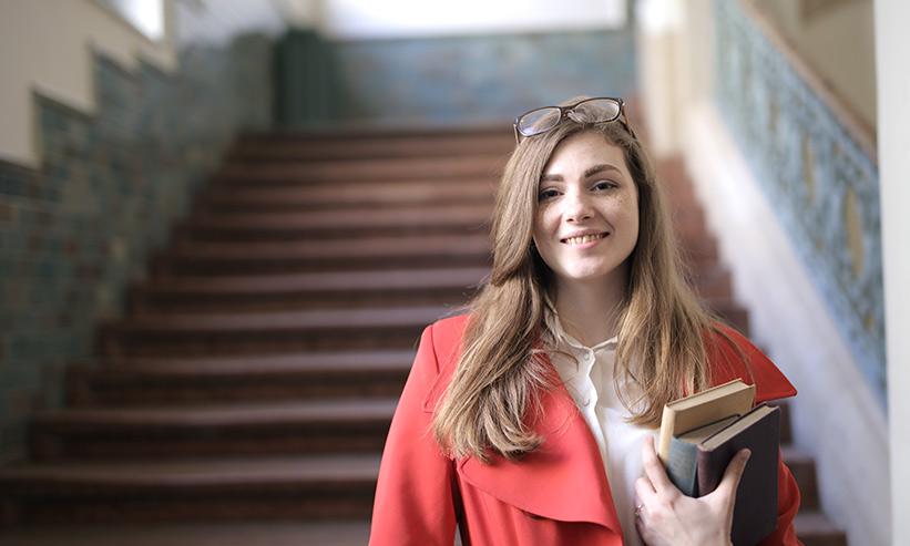 本を持ち笑っている女性