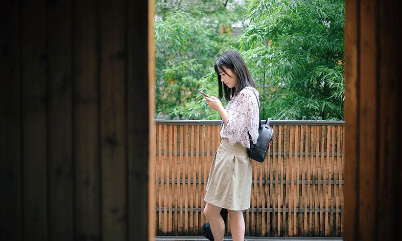 スマートフォンを見ている女性