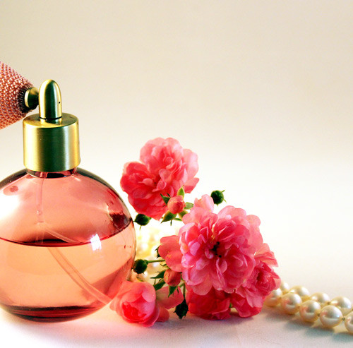 ピンクのケースに入った香水