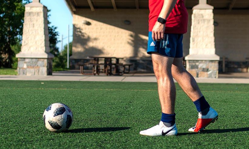 サッカー選手とサッカーボール
