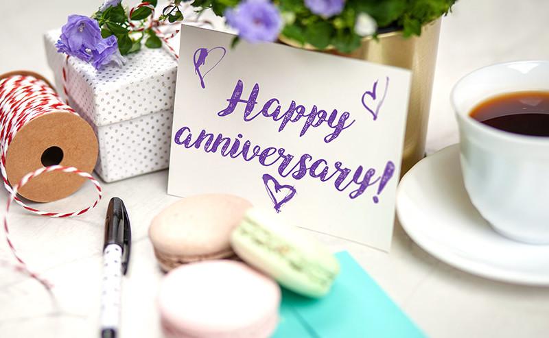 Happy anniversaryと書かれたカード