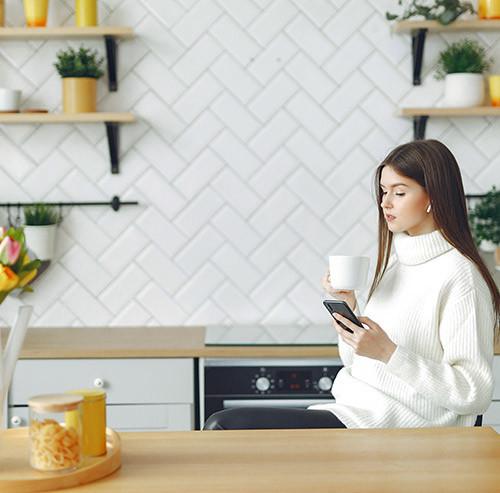 椅子に座りスマートフォンを操作する女性