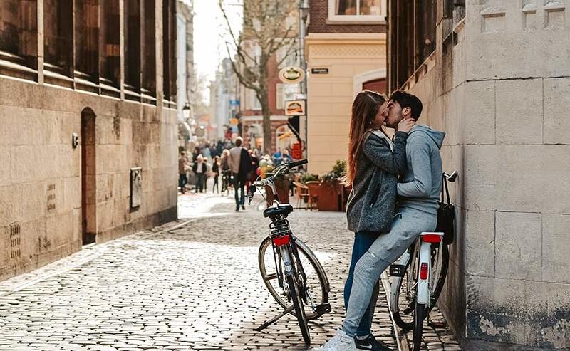 路地裏でキスをしているカップル