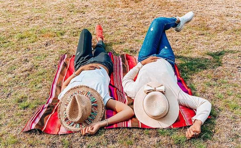 野原に寝そべるカップル