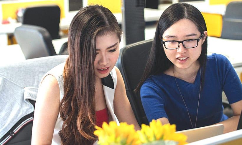 勉強している女性2人