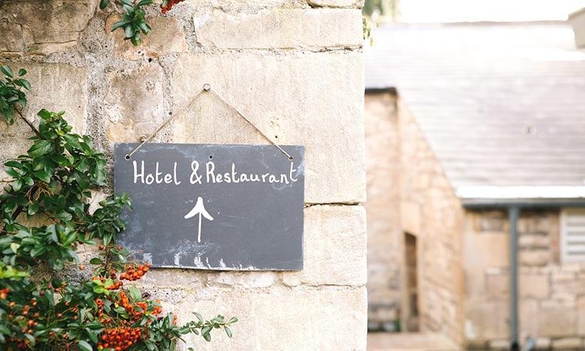 ホテル&レストランと書かれた看板
