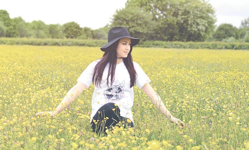 花畑を歩く女性