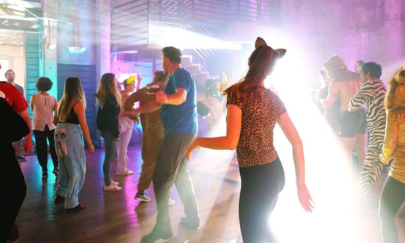 クラブで踊っている女性
