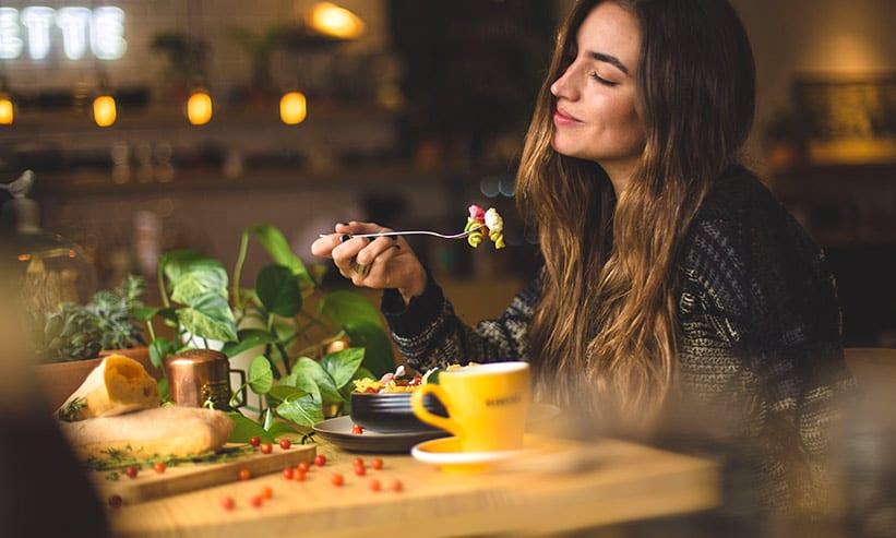 美味しそうにパスタを食べる女性