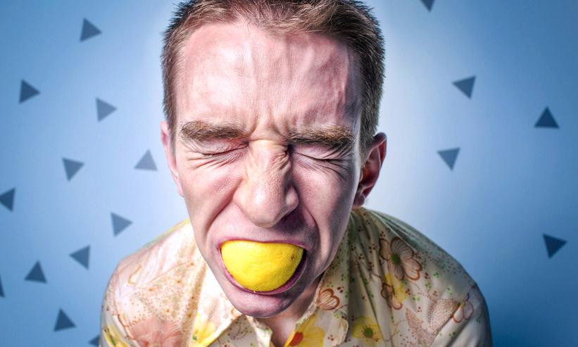 レモンを咥えている男性