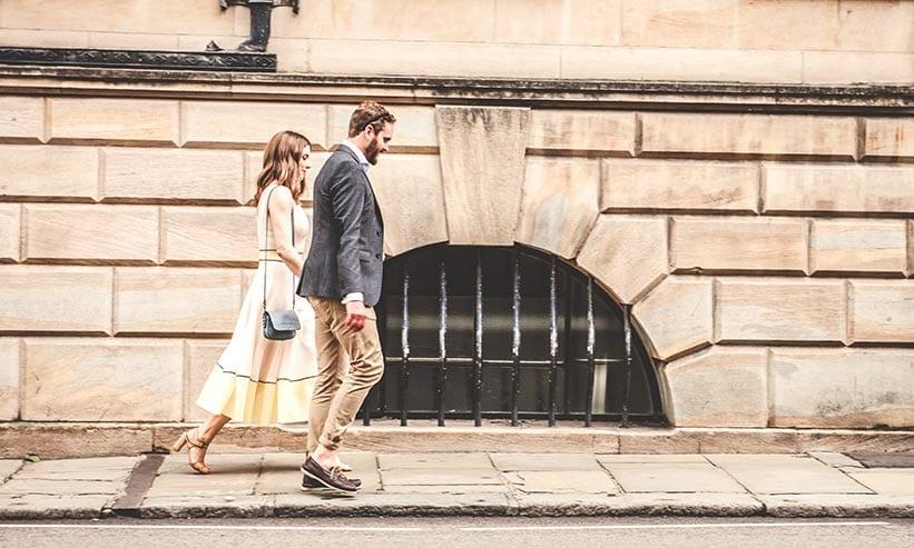 外を歩くカップル