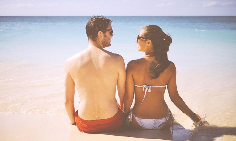 ビーチで話をするカップル