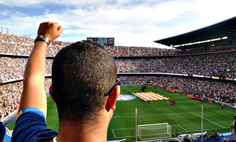 サッカー観戦する男性