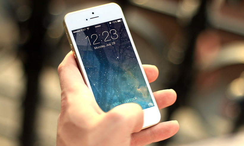 iphoneを操作する様子