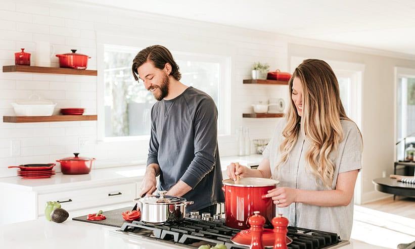 キッチンで料理しているカップル