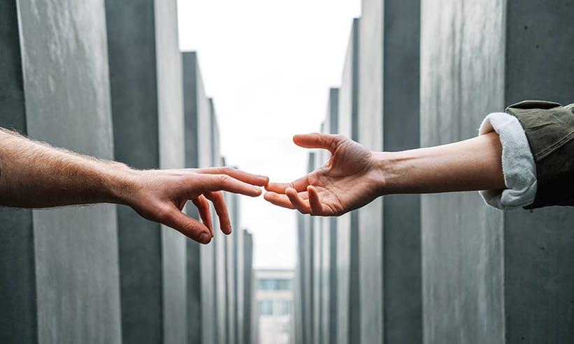 手を伸ばして繋ごうとしている2人