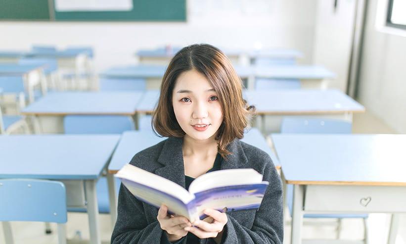 本を開いて持っている女性